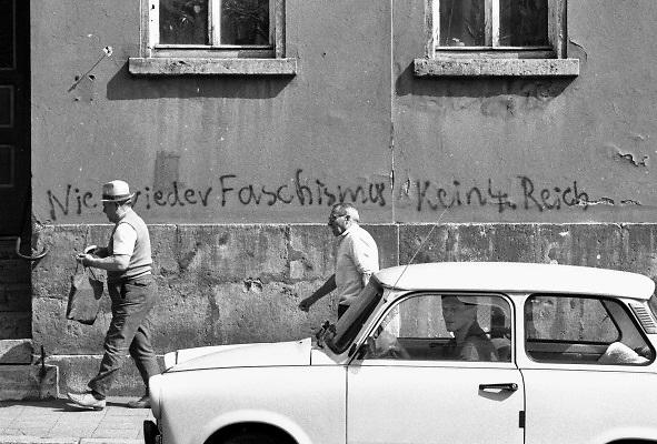 Duitsland, Bitterfeld, 1-7-1990 Duitse monetaire eenwording . De burgers van de ddr konden hun marken inwisselen tegen de west-duitse mark, in winkels had een grote operatie plaatsgevonden om prijzen aan te passen. Sommigen waren bang voor een kolonisering van het oosten door het rijke westen van het land.  umtausch,mauerfall,monetaire,eenwording,monetair,samengaan,eenwording,duitse,hereniging,herenigen,kwaliteit,producten,auto,autoindustrie,west-duitse,duitse,autofabrikant,industrie, kohl,protest,protesteren,leus,leuzen,tegenstand,tegenstanders,actievoerders,koloniseren,kolonie,onderwerpen,demonstratie,demonstreren,achterstelling,Foto: Flip Franssen