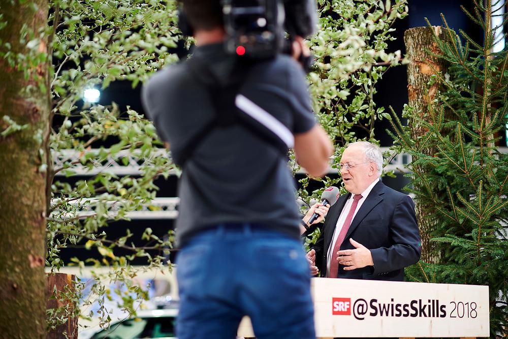 Bundesrat Johann Schneider Ammann bei den Forstwart Stand. © Manu Friederich