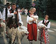 Zakopane, 2006-05-04. Górale w regionalnych strojach z owczarkami podhalańskimi.