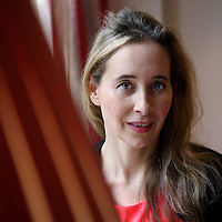 Nederland, Amsterdam , 5 november 2013. Noreena Hertz (Londen, 24 september 1967) is een Brits econoom en activiste. Ze is hoogleraar en auteur van verschillende kritische boeken over globalisering. <br /> Noreena Hertz is a British economist and activist. She is a professor and author of several critical books on globalization.