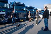 Koningin Maxima tijdens een werkbezoek aan transportbedrijf Pieter Smit in Nieuw-Vennep. Het bezoek vond plaats in het kader van de uitbraak van het coronavirus (COVID-19). De coronacrisis heeft grote gevolgen voor de transport- en logistieksector.<br /> <br /> Queen Máxima during a working visit to transport company Pieter Smit in Nieuw-Vennep. The visit took place in the context of the coronavirus outbreak (COVID-19). The corona crisis has major consequences for the transport and logistics sector.