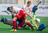 NEW DELHI - De Engelse keeper George Pinner met zijn teamgenoten Ashley Jackson en Michael Hoare (l)  tijdens de derde poulewedstrijd in de finaleronde van de Hockey World League tussen de mannen van Engeland en Nieuw-Zeeland. ANP KOEN SUYK