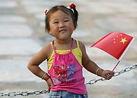 Maedchen vor dem Tiananmen Tor mit Faehnchen. © Urs Bucher/EQ Images
