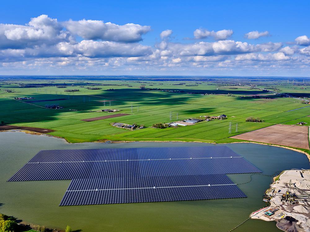 Nederland, Overijssel, Zwolle; 07-05-2021; Bomhofsplas, drijvend zonnepark op zandwinplas, gesitueerd vlak bij de A28.<br /> Bomhofsplas, floating solar park on the sand extraction location, located near the A28.<br />  <br /> luchtfoto (toeslag op standard tarieven);<br /> aerial photo (additional fee required)<br /> copyright © 2021 foto/photo Siebe Swart