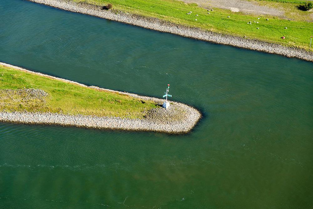 Nederland, Gelderland, Gemeente Arnhem, 30-09-2015; IJsselkop, splitsing van het Pannerdensch Kanaal (uitloper van de Rijn) in Neder-Rijn en IJssel. Met wegwijzer. Division of river Rhine in Lower Rhine and IJssel.<br /> <br /> luchtfoto (toeslag op standard tarieven);<br /> aerial photo (additional fee required);<br /> copyright foto/photo Siebe Swart