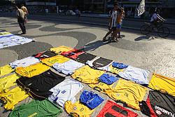 É muito difícil para quem visita o Rio resistir ao apelo de seus 80 km de praias. E Copacabana, com a belíssima calçada da Av. Atlântica em pedras portuguesas brancas e pretas que mostram um lindo mosaico no formato de ondas, é a principal responsável por tamanho fascínio. Na verdade são duas praias: Leme e Copacabana, que ocupam uma extensão de 4,15 km. Freqüentada tanto de dia quanto à noite, a praia possui quiosques, ciclovia, bicicletários, postos de salvamento com chuveiros e sanitários, hotéis, bares e restaurantes. FOTO: Jefferson Bernardes/Preview.com