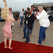 NLD/Bloemenaal/20050601 - Haringparty Showtime Noordzee FM, Monique Sluyter word gefotografeerd door fotografen