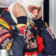 NLD/Zandvoort/20150628 - F1 demo Max Verstappen in de Toro Rosso, Max Verstappen doet zijn brandwerende balaclava op