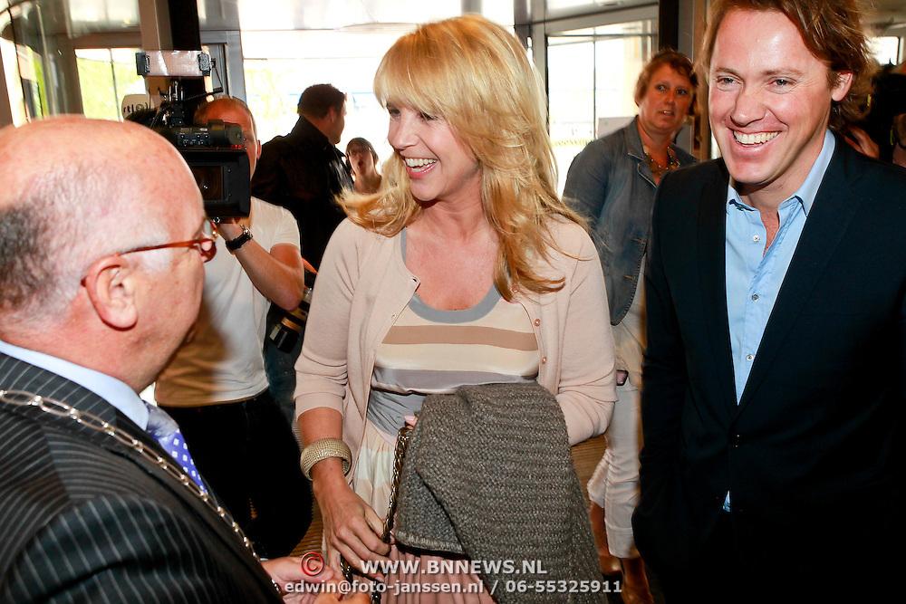 NLD/Huizen/20110429 - Lintjesregen 2011, Linda de Mol en partner Jeroen Rietbergen worden ontvangen door burgemeester Fons Hertog