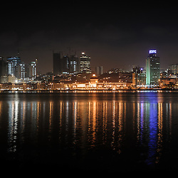 A parte baixa de Luanda e a Marginal (Avenida 4 de Fevereiro) vistas da baía. Luanda. Angola
