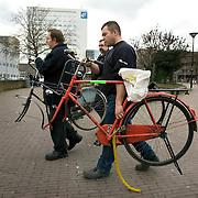 Nederland Rotterdam 5 maart 2009 20090305 Foto: David Rozing ..In het kader van Schoon, heel en veilig heeft Stadstoezicht op donderdag 5 maart samen met Roteb 851 fietswrakken verwijderd. Medewerkers ruimen fietswrakken op. Old bicycle wrecks.are being removed by workers of the city of Rotterdam, cycle, broke, broken, wreck, cleaning up city.Waarom? Daarom!?Gemeente ruimt 851 fietswrakken op.In het kader van Schoon, heel en veilig heeft Stadstoezicht op donderdag 5 maart samen met Roteb 851 fietswrakken verwijderd. Tijdens de stadsbrede actiedag op 5 maart heeft Stadstoezicht ook enkele tientallen onbeheerde en hinderlijk geparkeerde fietsen afgevoerd. Verder heeft de gemeente honderden kettingsloten van hekken en lichtmasten verwijderd.??Grote opruiming?In de afgelopen twee weken heeft Stadstoezicht 1100 fietswrakken aangetroffen. Door een sticker op de fiets werd de eigenaar gewaarschuwd voor het verwijderen van het wrak door de gemeente. Op de actiedag gingen verschillende teams van Stadstoezicht gewapend met een slijptol op pad. Zij werden vergezeld door medewerkers van Roteb, zij hebben de wrakken gelijk afgevoerd. Bovendien werden ook nog honderden kettingsloten van hekken en lichtmasten verwijderd.??Onbeheerde en hinderlijk geparkeerde fietsen?De gemeente heeft niet alleen fietswrakken en verkeerd geparkeerde fietsen weggehaald. Stadstoezicht controleert ook op onbeheerde en hinderlijk geparkeerde fietsen. Daarvan zijn er nog eens enkele tientallen van straat gehaald.??Fiets weg??Is iemand zijn fiets kwijt, dan kan het dus zijn dat Stadstoezicht hem heeft laten weghalen. Fietswrakken worden 14 dagen bewaard en andere fietsen 13 weken. Eigenaren kunnen hun fiets terugkrijgen tegen betaling van de verwijderkosten Rotterdammers kunnen helpen door te melden waar overlastgevende fietsen staan. ..Foto: David Rozing