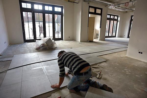 Nederland, Ootmarsum, 5-11-2012Een tegelzetter bezig in de bouw van een nieuw particulier museum van kunstenaar en ondernemer Ton Schulten.Foto: Flip Franssen/Hollandse Hoogte