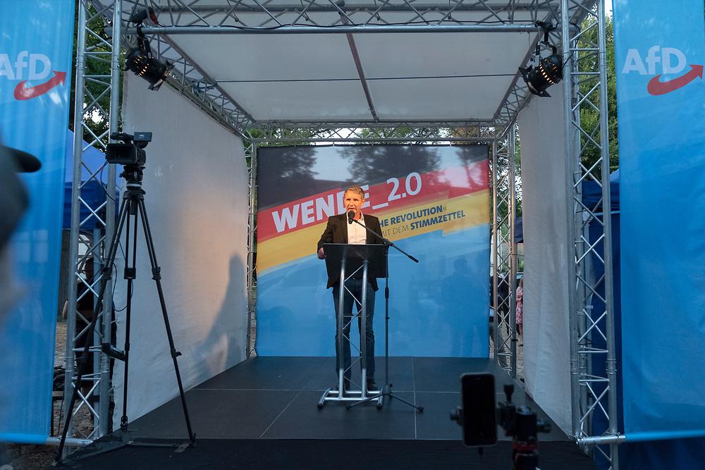 """Wahlkampabschluss - Kundgebung der rechten """"Alternative für Deutschland"""", AfD, im brandenburgischen Landtagswahlkampf mit dem Brandenburger Landesvorsitzenden und Spitzenkandidat A n d r e a s  K a l b i t z, dem sächsichen Landesvorsitzenden J ö r g  U r b a n, und Thüringens AfD-Vorsitzenden Björn Höcke, in Königs-Wusterhausen. Björn Höcke hält eine Rede.<br /> <br /> [© Christian Mang - Veroeffentlichung nur gg. Honorar (zzgl. MwSt.), Urhebervermerk und Beleg. Nur für redaktionelle Nutzung - Publication only with licence fee payment, copyright notice and voucher copy. For editorial use only - No model release. No property release. Kontakt: mail@christianmang.com.]"""