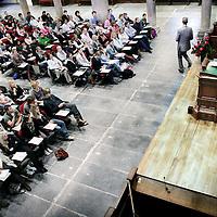 Nederland, Amsterdam , 4 september 2009..Eerste College van Rechtenfaculteit in de grote zaal van de Lutherse Kerk..Burgemeester Job Cohen was gastdocent vandaag..Mayor Job Cohen is lecturing law students as a guest teacher.