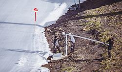 THEMENBILD - Mitarbeiter der Bergbahnen präparieren die Skipiste und die Beschneiungslanzen, aufgenommen am 12. Oktober 2018, Jochberg, Österreich // Mountain railway employees prepare the ski slope and the snowmaking lances on 2018/10/12, Ort, Austria. EXPA Pictures © 2018, PhotoCredit: EXPA/ Stefanie Oberhauser