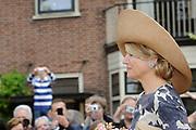 """Koning Willem Alexander en Koningin Maxima op provinciebezoek in Utrecht.<br /> <br /> King Willem Alexander and Queen Maxima visit the province of  Utrecht<br /> <br /> Op de foto:  <br /> <br /> Arrival from above the King and Queen on Nienoord Estate, Leek Koning Willem Alexander en Koningin Maxima op bezoek in het dorp Vreeswijk. Aankomst bij Oude Sluis. Aldaar verbeelding van een deel van historie van het stadje: Een zandschip lost aan de kade zand in jaren '50 zandwagen; Het schipperskoor zingt en poseren op het Kippenbruggetje<br /> <br /> King Willem Alexander and Maxima Queen visited the village Vreeswijk. Arrival at Oude Sluis. There imagination of a part of history of the town: A sand ship lost at the quay sand in sand 50s car, the skipper choir sings and posing on """"Chickenbridge"""""""