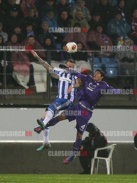 Facundo Roncaglia (Fiorentina) i hovedstødsduel med Emil Lyng (Esbjerg).