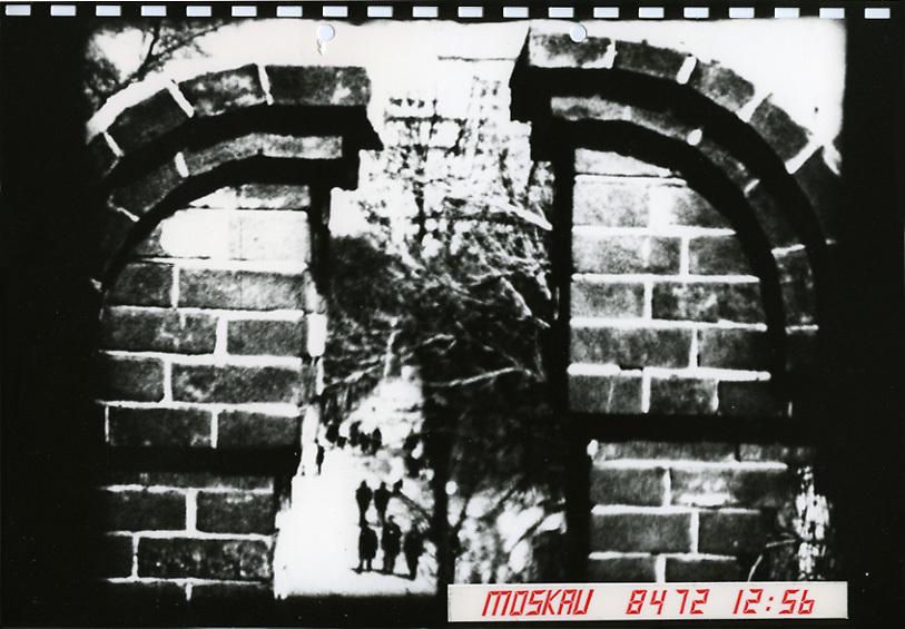 """Moskau gab es vor  ( Michail Sergejewitsch ) Gorbatschow. Serie eines fiktiven Spionagefalls in Moskau anhand eines Touristen-Super-8-Films meines Vaters, der als West-Deutscher für eine Politik des Dialogs mit dem Osten eintrat  und dafür nicht Mallorca sondern die Sowjetunion besuchte. Nach den grausamen Erfahrungen europäischer Diktaturen und der Weltkriege steht die Arbeit für eine Dialogbereitschaft, besonders mit vermeintlichen Feinden während des """"Kalten Krieges"""" <br /> <br /> There was a Moscow before  ( Michail Sergejewitsch ) Gorbatschow. A photo series  of a fictional spy event in Moscow, based on a Super-8 film done by my father as a west German  in 1974, while he was visiting Moscow instead of Mallorca.  As a result of the horrible world wars and dictatorships in Europe the work stands for a dialogue  with our so called opponents during the """"cold war""""."""