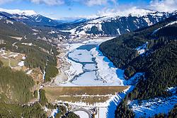 THEMENBILD - Der Speicher Durlaßboden befindet sich auf der Gerlospasshöhe und gehört je zur Hälfte zu Nordtirol und Salzburg und liegt auf 1405m. Die Inbetriebnahme erfolgte 1967. Das Einzugsgebiet des Speichers beträgt 74,6 km² und der Nutzinhalt 50,7 Millionen Kubikmeter. Auf der Tiroler Seite weist der Stausee einen 83m hohen Erddamm in Richtung Zillertal auf. Er wird von der Verbund AG, der ehemaligen Tauernkraftwerke AG, betrieben. Gerlos, am 22. März 2020 // The Durlassboden reservoir is located on the Gerlospasshöhe and half of it belongs to North Tyrol and Salzburg and is located at 1405m. Commissioning took place in 1967. The catchment area of the storage facility is 74.6 square meters and the usable volume is 50.7 million cubic meters. On the Tyrolean side, the reservoir has an 83m high earth dam towards Zillertal. It is operated by Verbund AG, the former Tauernkraftwerke AG. Gerlos, on Sunday March 22nd, 2020. EXPA Pictures © 2020, PhotoCredit: EXPA/ Johann Groder
