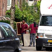 NLD/Amsterdam/20070725 - Verhuizing van Jack Spijkerman na zijn scheiding, schilderijen worden het huis ingedragen