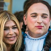 NLD/Amsterdam/20190401 - Opening Burgerroom Gordon, Estelle Gullit - Cruijff en Gordone, verkleed als Betty uit Wizrd of Oz