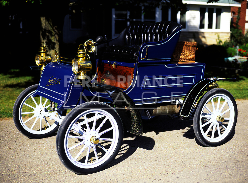 1905 Northern automobile on pavement.