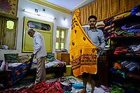 Inde, état du Gujarat, Patan, artisan tissant des Mashru // India, Gujarat, Patan, craftsman weaving Mashru