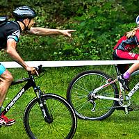 """SERIE ROOKIE <br /> Nederland, Apeldoorn, 27-06-2015.<br /> Mountainbike, Landelijke wedstrijden, Jeugd Categorie 1.<br /> <br /> Ouders cq coaches die de kinderen al schreeuwend en gebarend op het podium proberen te krijgen zoals hier met het geschreeuw """" als je die voor je niet inhaalt ga je niet op het podium komen, rijden !!!"""" Dit gedurende de hele race van het kleine mountainbikertje in de leeftijdscategorie van 8 jarigen.<br /> Foto : Klaas Jan van der Weij"""