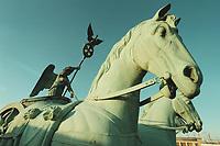 08 JAN 2001, BERLIN/GERMANY:<br /> Quadriga auf dem Brandenburger Tor, waehrend der Restaurierung<br /> IMAGE: 20010108-01/01-10<br /> KEYWORDS: Architektur