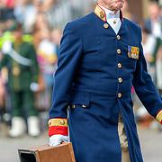 NLD/Den Haag/20190917 - Prinsjesdag 2019, Koninklijke lakei met het koeys op - af stapje