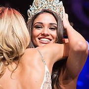 NLD/Hilversum/20131208 - Miss Nederland finale 2013, Kim Kotter omhelst de nieuwe Miss Nederland World  Tatjana Maul