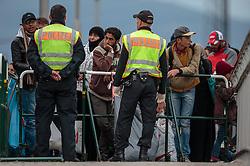25.09.2015, Grenzübergang, Freilassing, AUT, Fluechtlingskrise in der EU, im Bild Flüchtlinge an der Grenze zu Österreich, Polizisten bewachen die Grenze // Poliveman watch to Migrants on the Austrian Border. Thousands of refugees fleeing violence and persecution in their own countries continue to make their way toward the EU, border crossing, Freilassing, Germany on 2015/09/25. EXPA Pictures © 2015, PhotoCredit: EXPA/ JFK