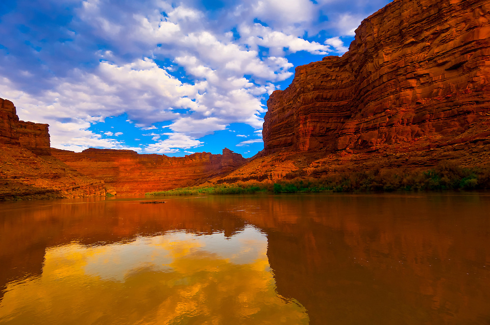 Sunrise, Meander Canyon section of the Colorado River, near Monument Creek, in Canyonlands National Park, Utah, USA.