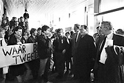 Nederland, Nijmegen, 1985Minister Deetman van onderwijs wordt tijdens een werkbezoek aan de KUN, RUN, opgewacht door protesterende studenten . Studentenactie, studentenprotest, in de jaren 80 en begin 90 .Demonstratie van studenten tegen de wet op de studiefinanciering en hervormingen in het wetenschappelijk onderwijsdoor minister Deetman. Die kreeg te maken met grote demonstraties van studenten na de verhoging van de collegegelden en het verkorten van de studieduur.Foto: Flip Franssen