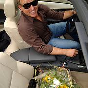 """Uitreiking DVD Sjaak Bral """"Hurken in de Berm"""", Gordon Heuckeroth in zijn nieuwe BMW"""