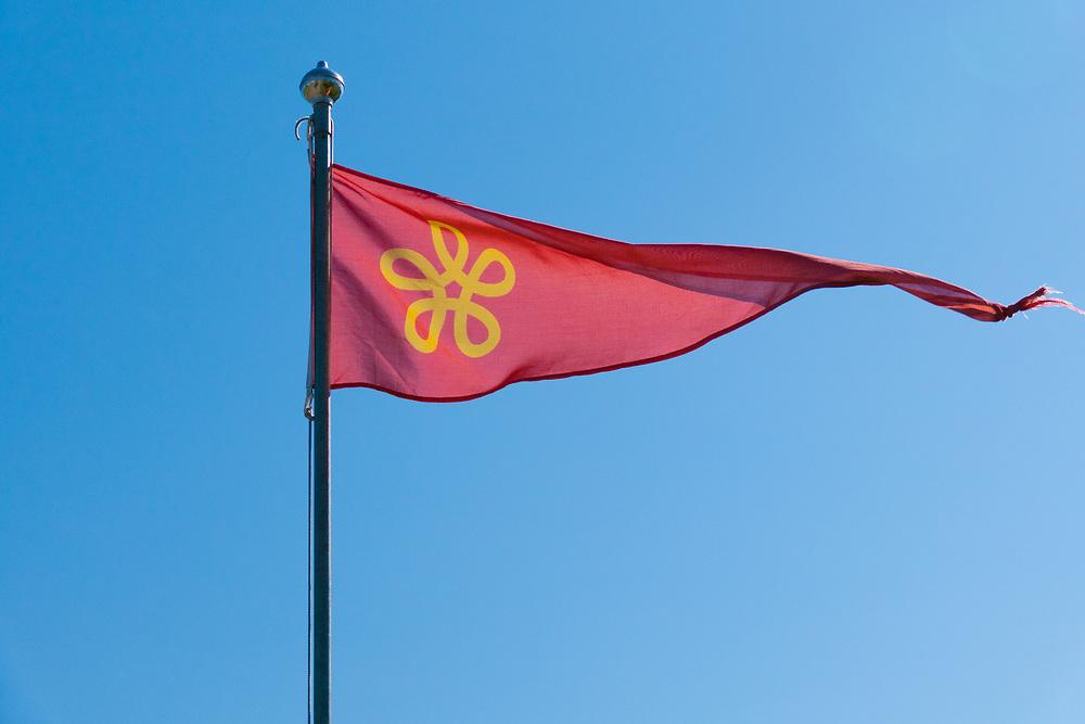 Vimpel med Lødingens kommunale symbol, en gull femsøylet valknute mot rød bakgrunn. Knuten i kommunevpenet symboliserer Lødingen som knutepunkt.