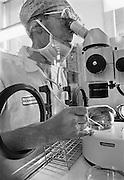 Nederland, Nijmegen, 15-3-1986Begintijd van de ivf, kunstmatige bevruchting, in het umc radboud. De eicel werd met een buisje opgezogen om ingevroren te worden. De microscoop stond in een couveuse om een goede omgevingstemperatuur te hebben.Foto: Flip Franssen/Hollandse Hoogte