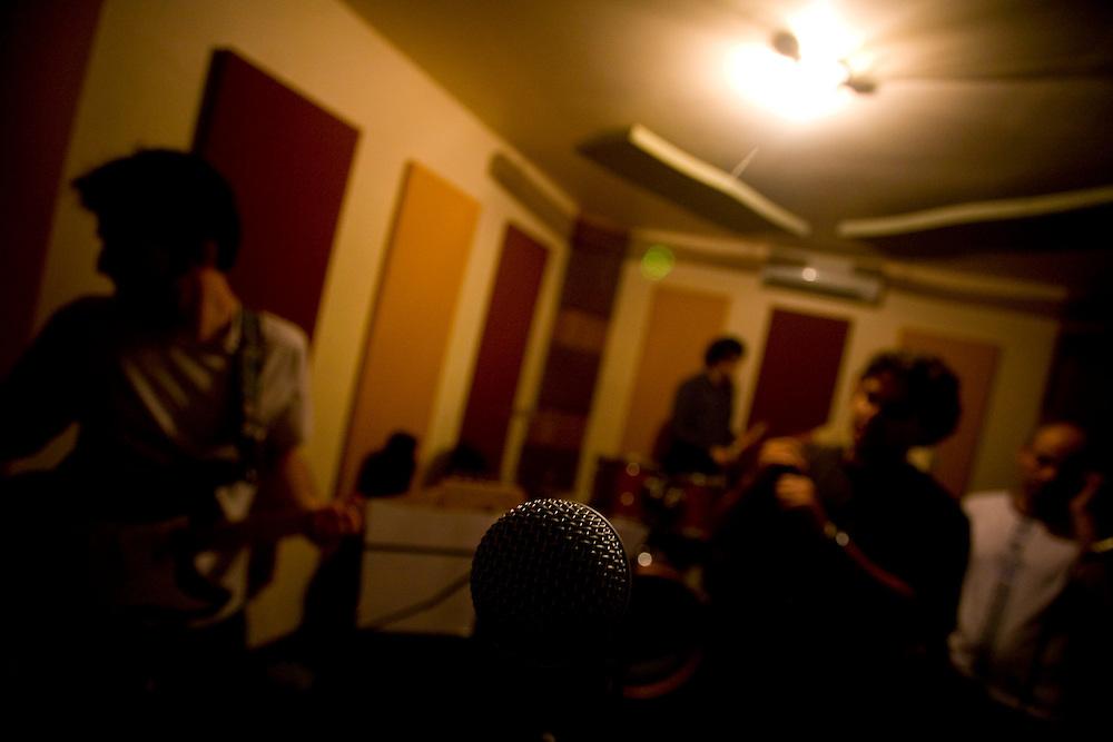Belo Horizonte_MG, Brasil...Ensaio da banda Coracoes Dilacerados no Estudio Geleia. ..The rehearsal of the Coracoes Dilacerados band in Geleia studio...Foto: LEO DRUMOND / NITRO.