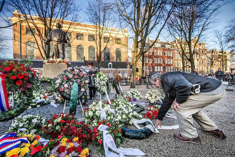 Nederland, Amsterdam, 25 februari 2016.<br />In Amsterdam is donderdag voor de 75e keer de Februaristaking van 1941 herdacht. De opkomst was groot: nooit eerder waren er zoveel mensen.<br />Tijdens een ceremonie bij het standbeeld van de Dokwerker op het Jonas Daniël Meijerplein stonden vele mensen stil bij het enige massale openlijke protest tegen de Jodenvervolging in Europa. Ook koning Willem-Alexander was bij de herdenking<br /><br /><br /><br /><br />Foto: Jean-Pierre Jans