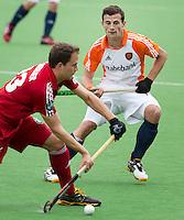 MELBOURNE -  Sander Baart (r) met de Belg Alexandre De Saedeleer tijdens de hockeywedstrijd tussen de mannen van Nederland en Belgie (5-4) bij de Champions Trophy hockey in Melbourne. ANP KOEN SUYK