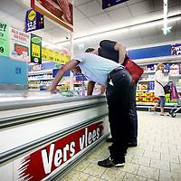 Nederland, Amsterdam , 23 september 2010..Bij supermarkt Lidl (Supermarktketen, food en non-food producten in het goedkopere segment) worden de koelinstallaties gecontroleerd. .p.s. controleur wilde niet herkenbaar in beeld).Foto:Jean-Pierre Jans
