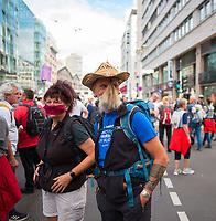 """DEU, Deutschland, Germany, Berlin, 29.08.2020: Demonstration von Gegnern der Corona-Maßnahmen. Ein Teilnehmer hat seinen Bart zur Mund-Nase-Bedeckung umfunktioniert. Die Initiative """"Querdenken"""" hatte zu den Protesten gegen die Corona-Maßnahmen der Regierung aufgerufen."""