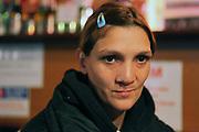 Mihaela en 2011 dans un café à Iasi. Mihaela travaille au magasin Emmaüs de Iasi et vit dans une chambre qu'elle loue dans un immeuble. <br /> <br /> Mihaela in 2011 in a café in Iasi. Mihaela was working at the Emmaüs charity shop in Iasi.