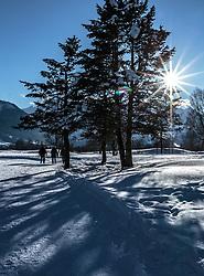 THEMENBILD - Spaziergänger genießen den sonnigen Wintertag auf dem Winterwanderweg am Golfplatz Zell am See Kaprun, aufgenommen am 14. Februar 2018, Ort, Österreich // Strollers enjoy the sunny winter day on the winter hiking trail at the golf course Zell am See Kaprun on 2018/02/14, Ort, Austria. EXPA Pictures © 2018, PhotoCredit: EXPA/ Stefanie Oberhauser