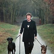 Wethouder Willi Metz met honden op de hei in Huizen