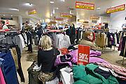 Nederland, Arnhem, 28-12-2013Uitverkoop wegens de opheffing van dit filiaal van luxe warenhuis de Bijenkorf. Het concern wil zich meer richten op internetverkoop. De winkels in Arnhem en Enschede gaan 1 januari dicht.Foto: Flip Franssen