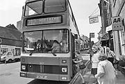 Engeland, England, 15-8-1990Straatbeeld. Reisreportage door het zuiden van Engeland. Oxford met oud, traditioneel college, school,highschool . Dubbeldekker bus stopt bij bushalte om passagiers op te halen . Het zijn vooral ouderen .Foto: Flip Franssen