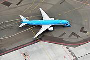 Nederland, Noord-Holland, Haarlemmermeer, 01-08-2016; Schiphol Amsterdam Airport, push-back van vliegtuig, klaar voor vertrek. KLM-boeing 777.<br /> Schiphol Amsterdam Airport, push-back of plane, ready for departure<br /> luchtfoto (toeslag op standaard tarieven);<br /> aerial photo (additional fee required);<br /> copyright foto/photo Siebe Swart