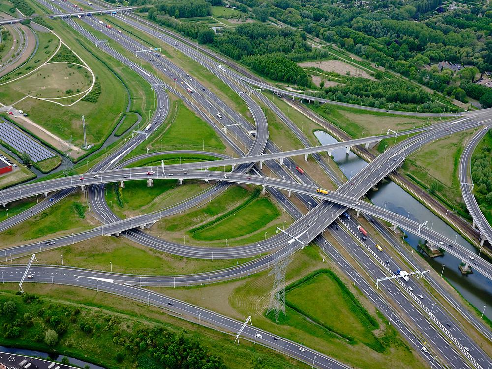 Nederland, Zuid-Holland, Rotterdam, 14-05-2020; IJsselmonde, Charlois. Vaanplein. Kruising A 29 met A15, (diagonaal)windmolenknooppunt.<br /> Traffic junction Vaanplein.<br /> <br /> luchtfoto (toeslag op standard tarieven);<br /> aerial photo (additional fee required);<br /> copyright foto/photo Siebe Swart