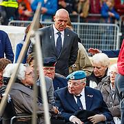 NLD/Amsterdam/20160504 - Nationale Dodenherdenking 2016 Dam Amsterdam, oud leden van de strijdkrachten en verzet, Ad van Dommele en zijn vader